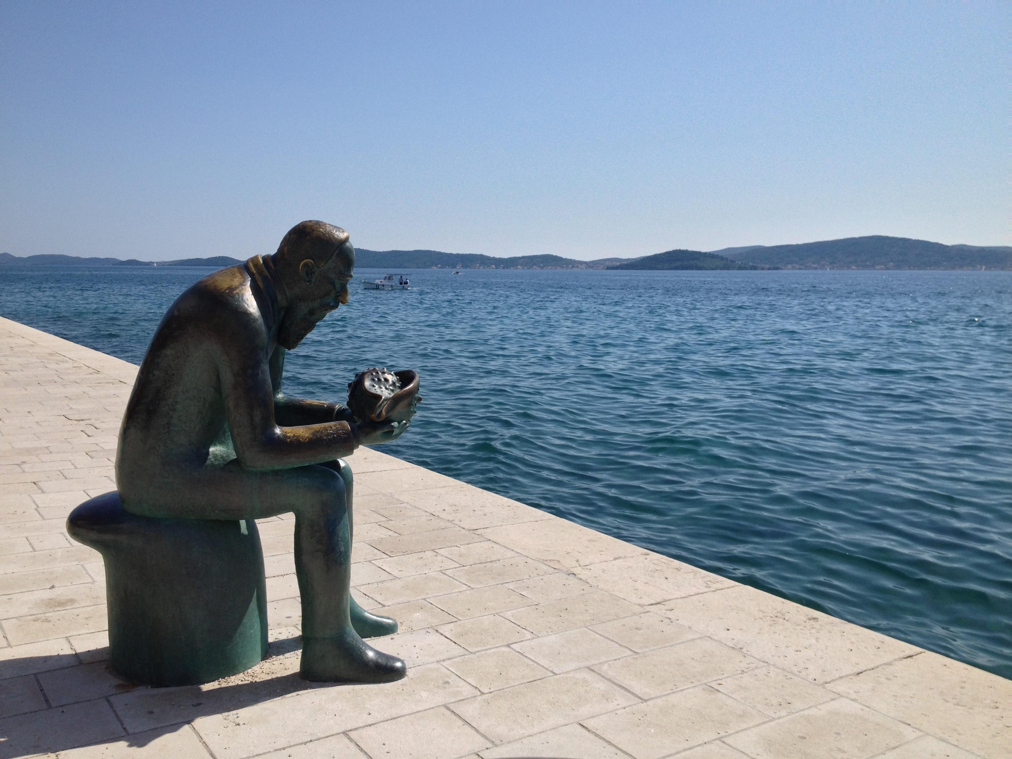 Une statue le long de la mer à Zadar Croatie