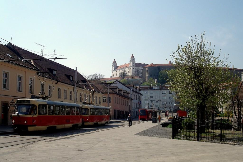 Le tram et le château de Bratislava en Slovaquie