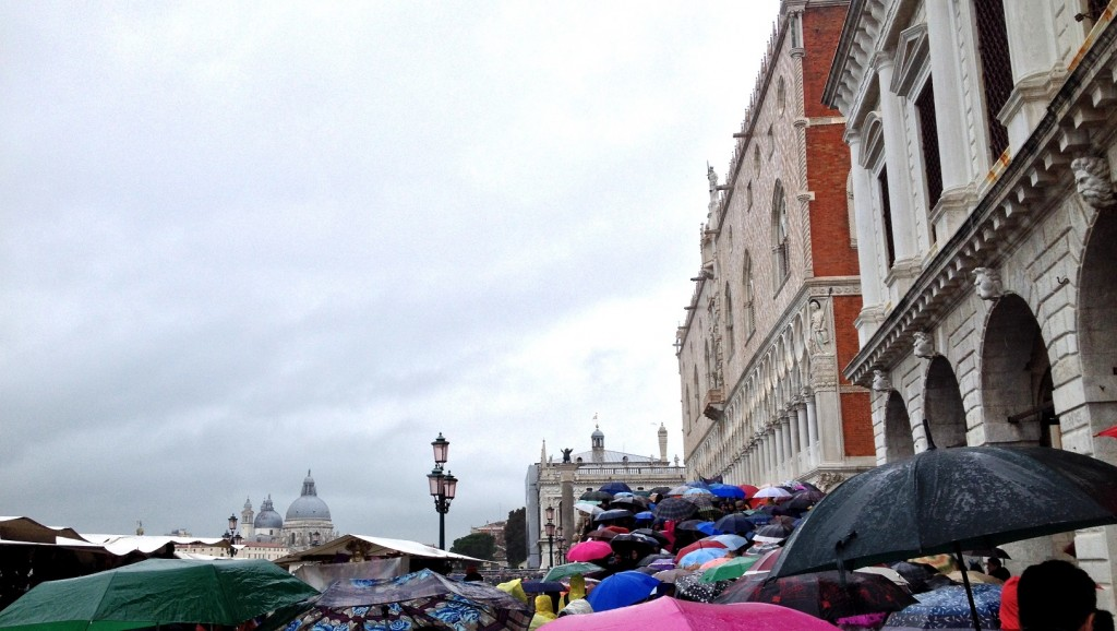 Une marée de parapluies dans les rues de Venise