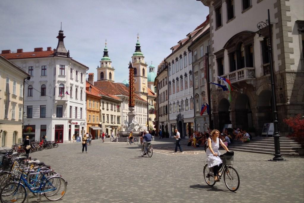 Faire du vélo dans les rues de Ljubljana en Slovénie