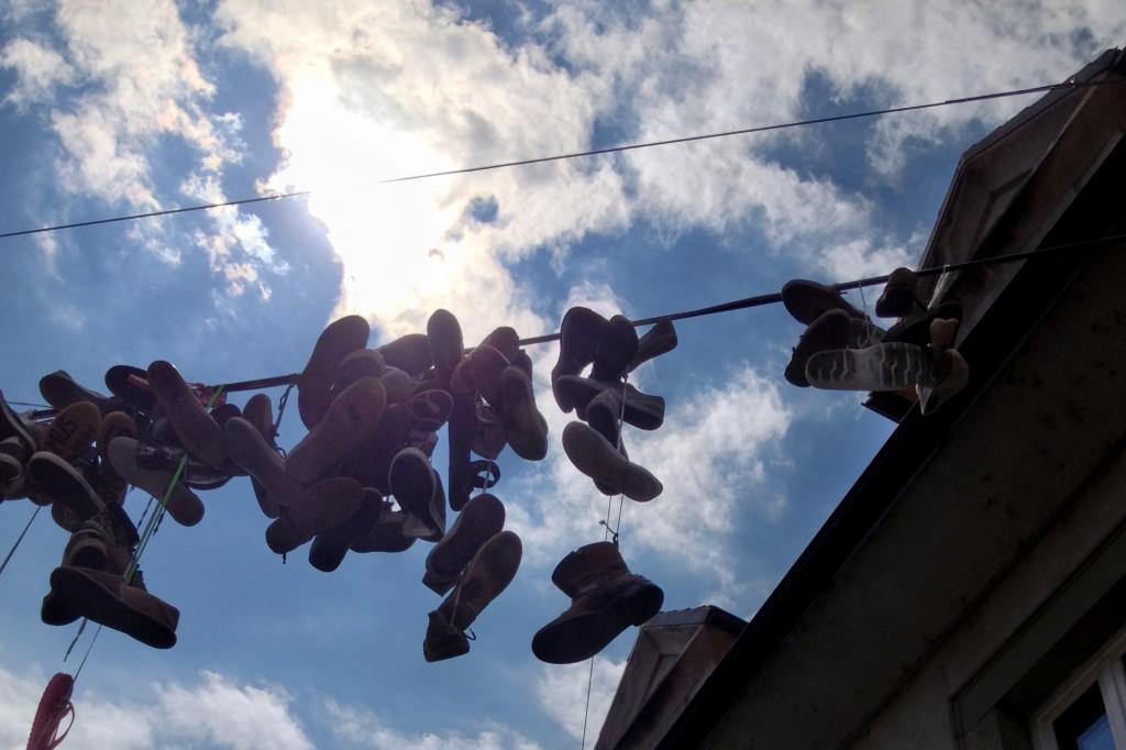 Chaussures suspendues dans les rues qui mènent à Metelkova