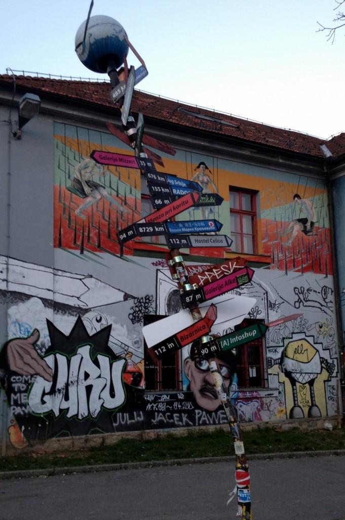 Panneaux de directions à Metelkova Ljubljana