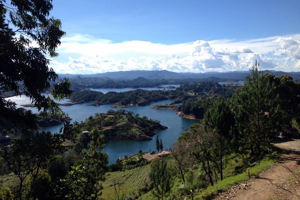 Paysage et eau autour du rocher El Penol Antioquia Colombie