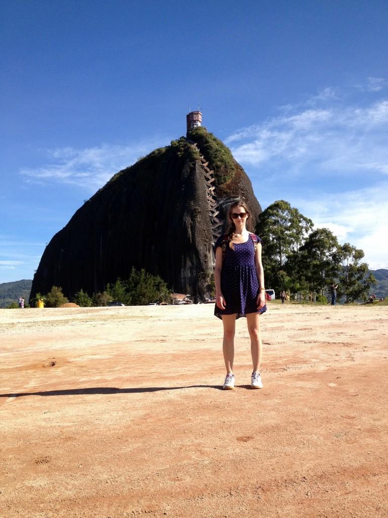 Moi devant le rocher El Penol Antioquia Colombie