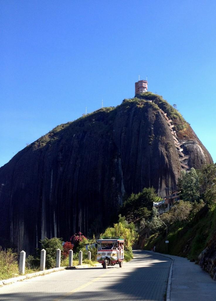 Le rocher El Penol et un Tuk Tuk Antioquia Colombie