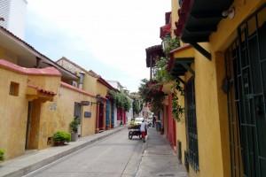 Rue aux maisons jaunes à Carthagène des Indes