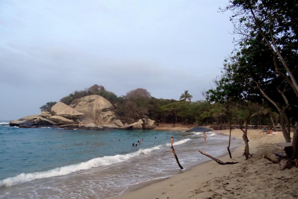 Plage, vagues et rochers à Cabo San Juan Tayrona en Colombie