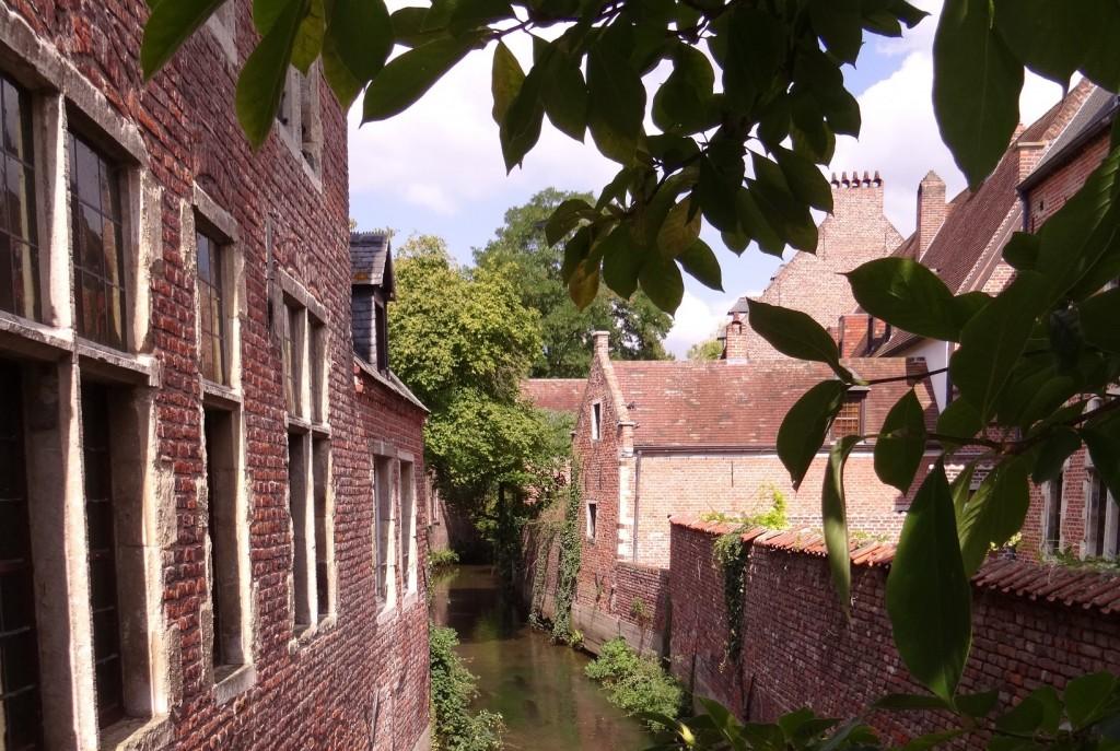 Canal dans le grand béguinage à Louvain