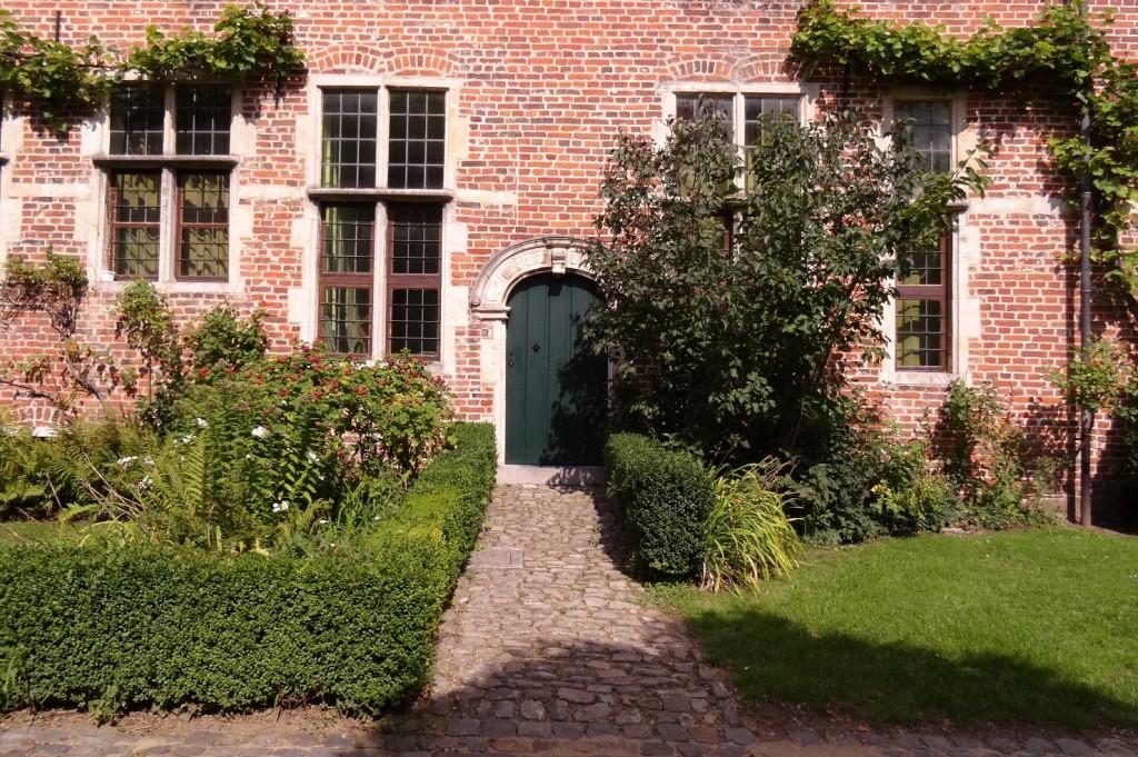 Jolie porte verte dans  le grand béguinage à Louvain