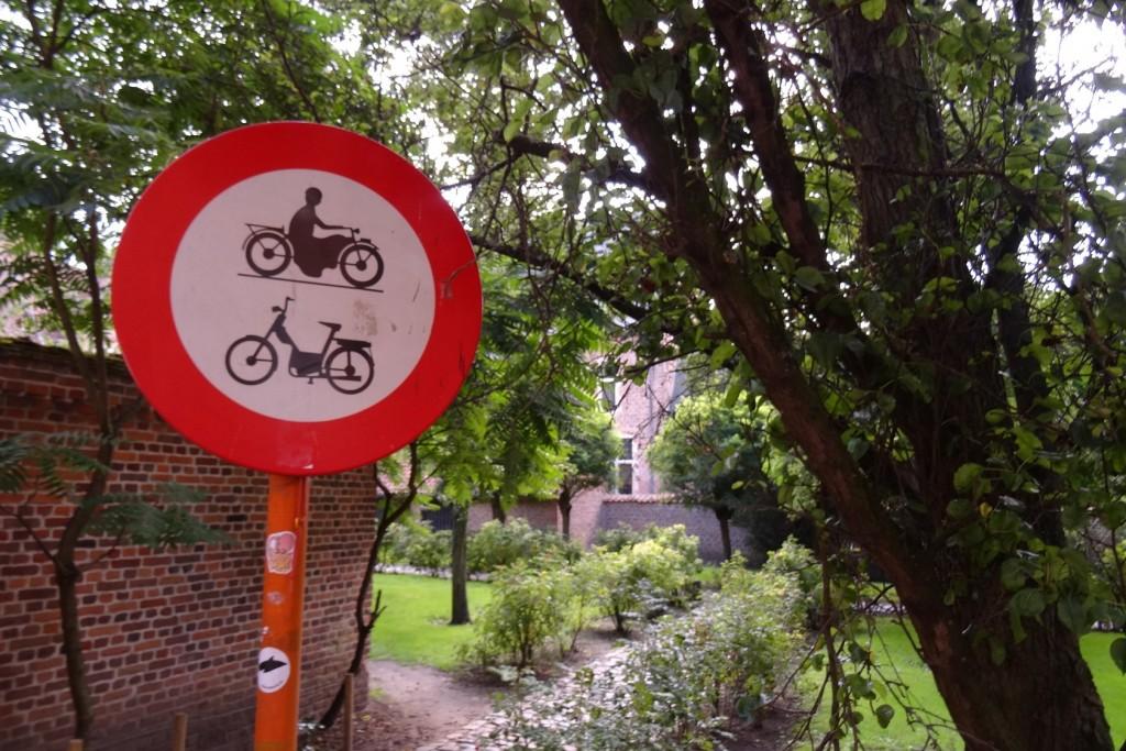 Panneau de signalisation dans le grand béguinage à Louvain