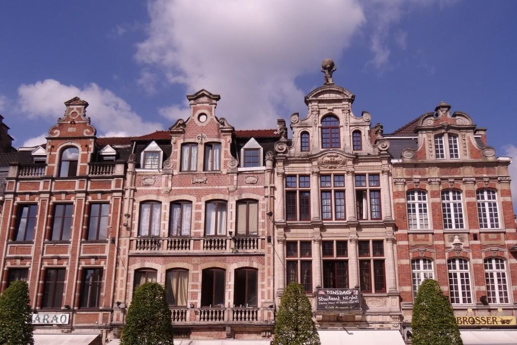 Façade de jolies maisons devant la gare de Louvain