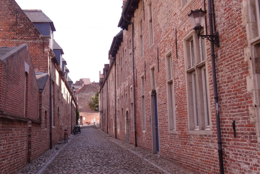 Petite rue dans  le grand béguinage à Louvain