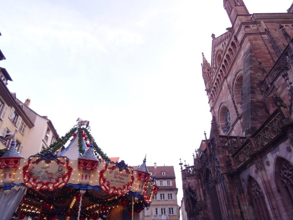 Carrousel et cathédrale au marché de Noël de Strasbourg