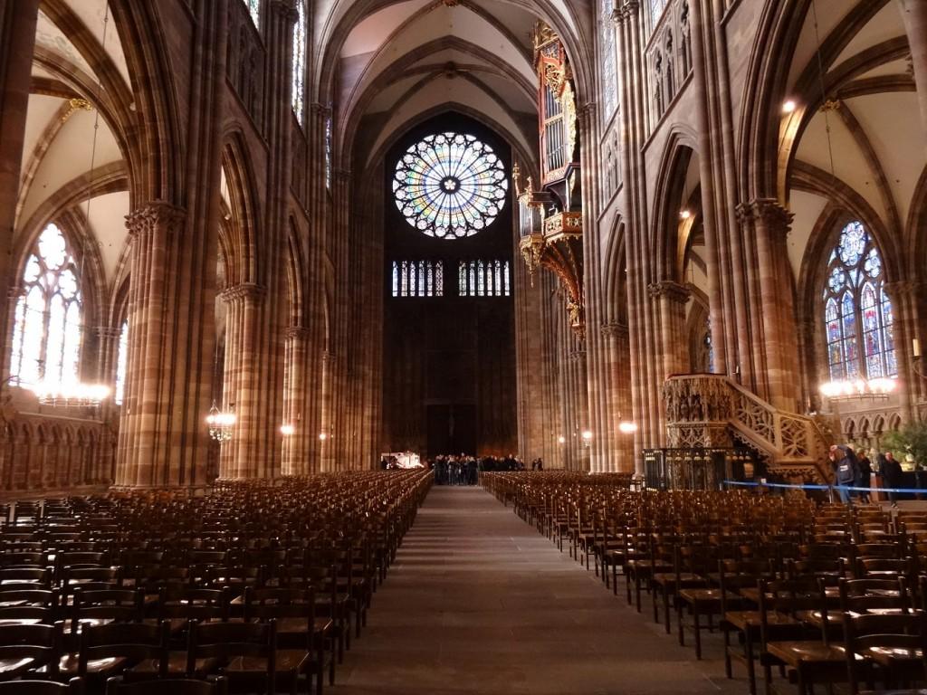 Rosasse sur la façade de la cathédrale Notre-Dame de Strasbourg (vue de l'intérieur)