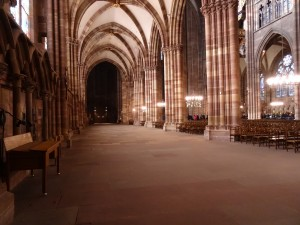 Allée dans la cathédrale Notre-Dame de Strasbourg