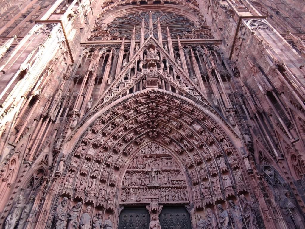 Statues au dessus de la porte d'entrée de la cathédrale Notre-Dame de Strasbourg