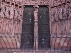 Portes vertes à l'entrée de la cathédrale Notre-Dame de Strasbourg