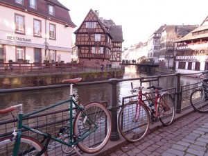 La Petite France en Alsace - Vélos posés le long de l'Ill