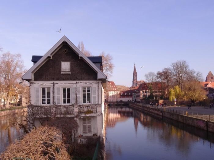 Canal dans la Petite France à Strasbourg - Pont couverts