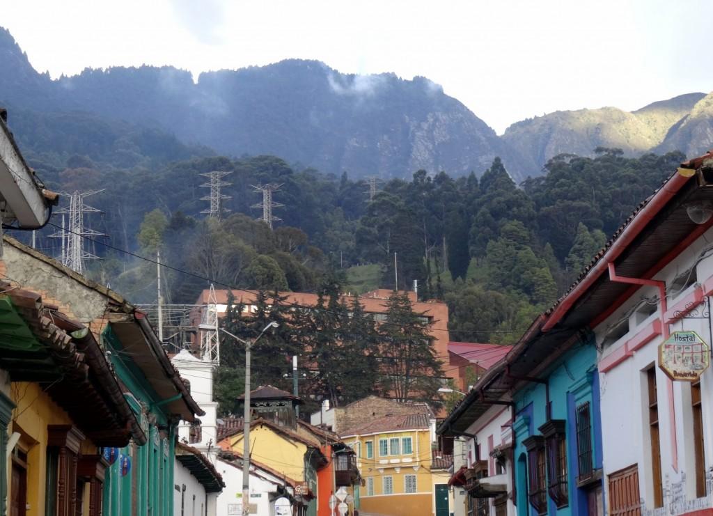Les rues de Bogota et les montagnes
