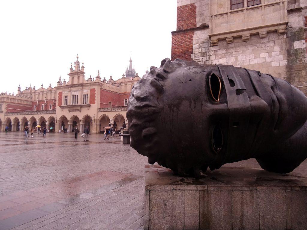 Statue sur la grand place du marché principal de Cracovie