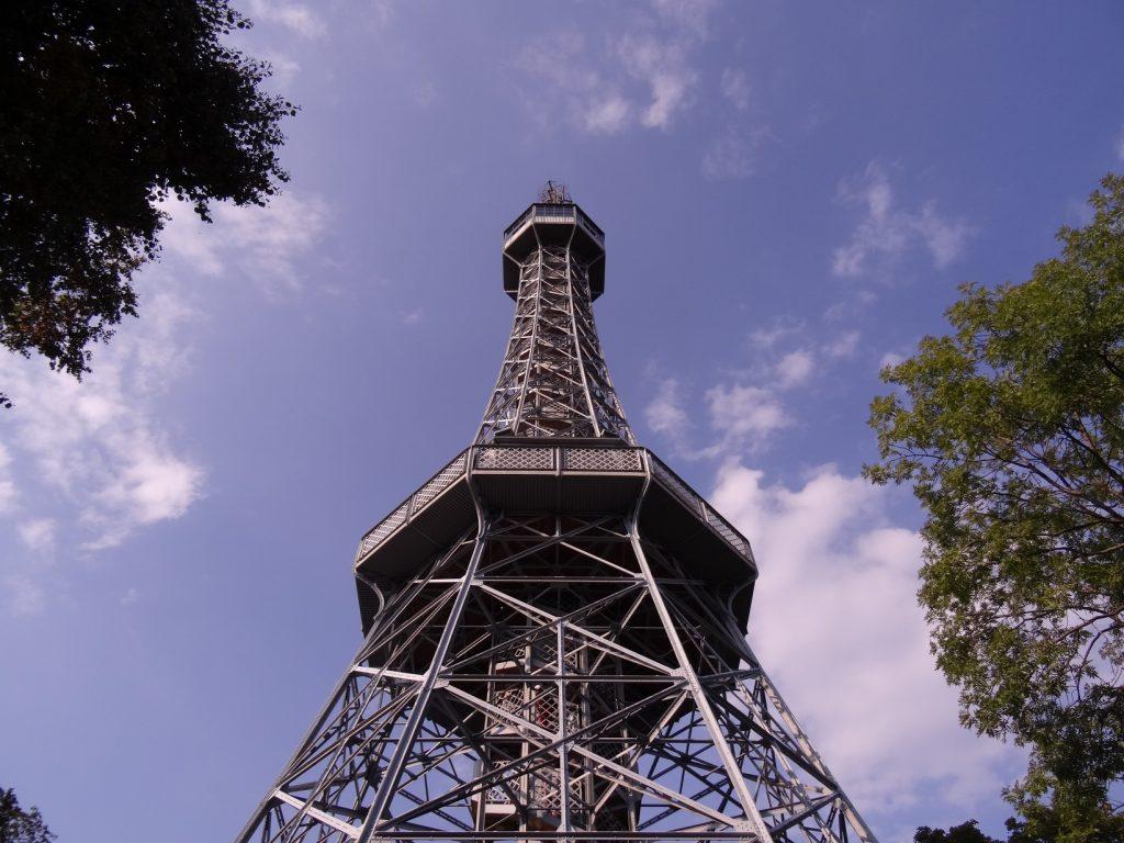 La tour Petrin sur une des collines de Prague