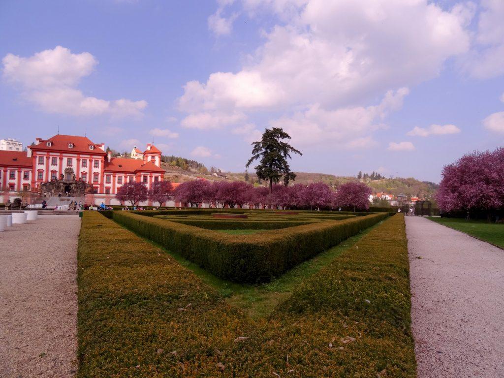 Arbres en fleur et verdure au château Troja à Prague, République Tchèque