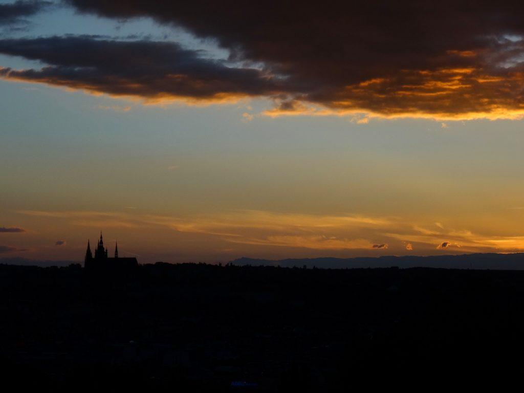 Coucher de soleil romantique depuis Riegrovy Sady