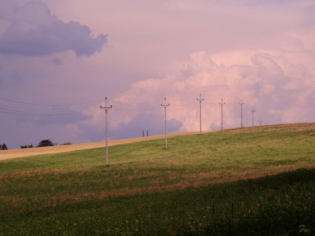 Contraste de couleurs, bleu du ciel et vert du champ