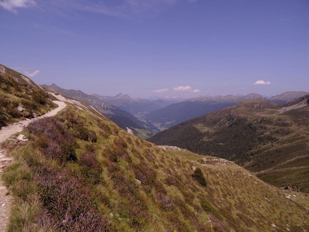 Chemin qui mène à la Kratzberger See (Lago S. Pancrazio) dans le Tyrol du Sud en Italie