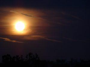 La lune orange vue depuis Prague
