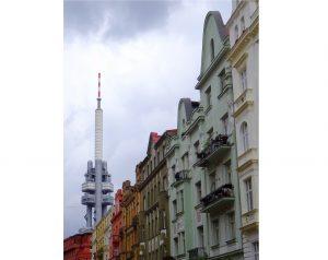 Tour télé et façades colorées à Prague