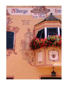 Façade fleurie dans les rues de Kastelruth - Castelrotto