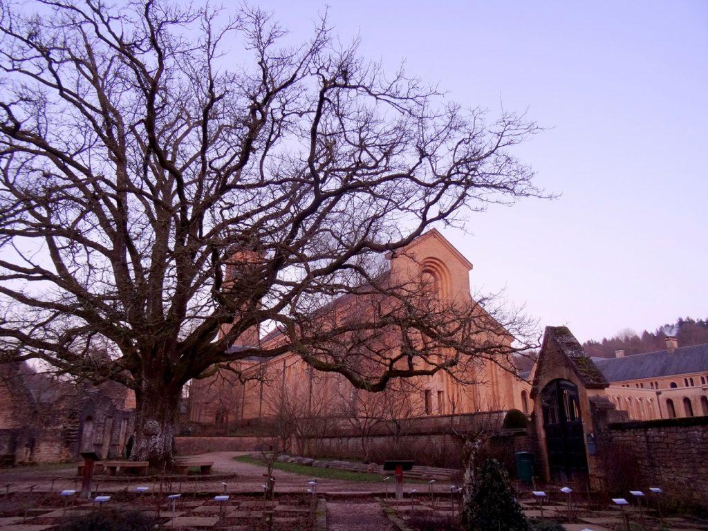 L'abbaye d'Orval au crépuscule