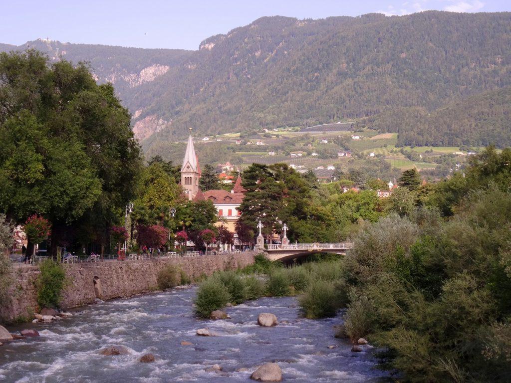 La rivière qui passe dans Merano et ses montagnes