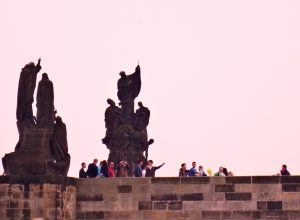 Touristes sur le pont Charles de Prague