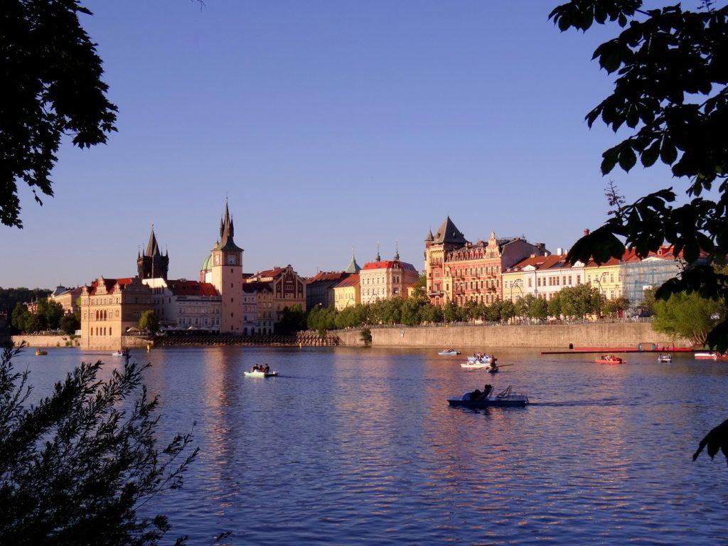 Pédalo sur la Vltava dans le centre de Prague en République Tchèque - Czech Republic, Praha
