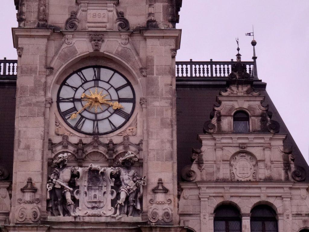 L'horloge de l'hôtel de ville à Liberec en République Tchèque