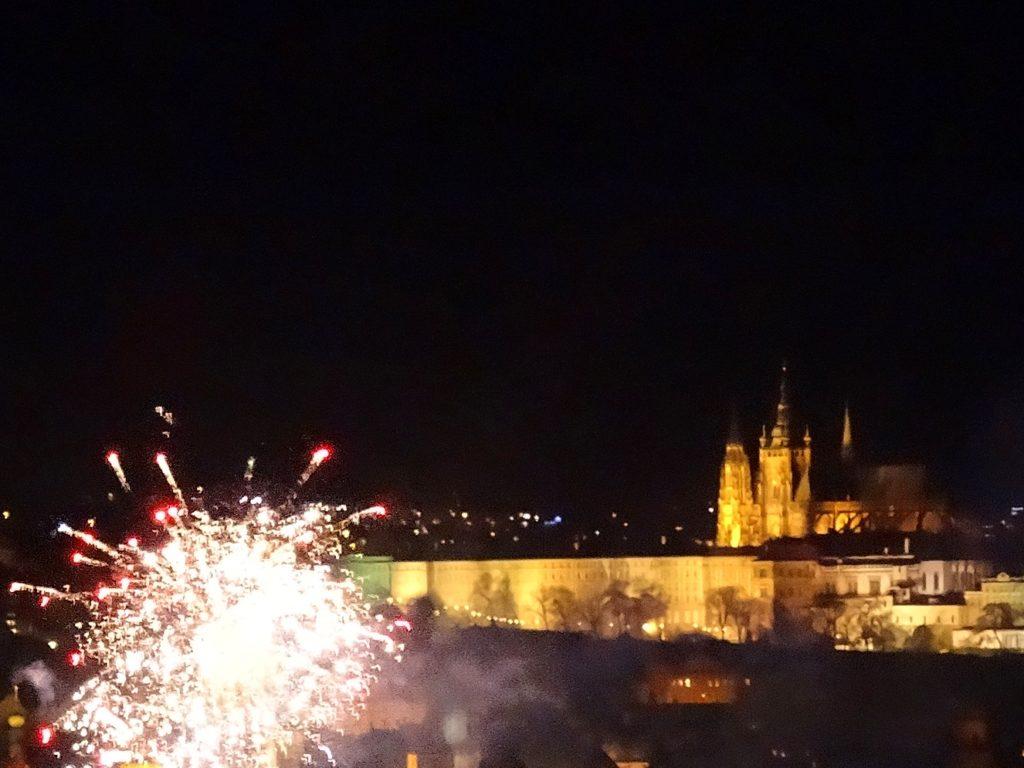Feux d'artifice du nouvel an à Prague en République Tchèque