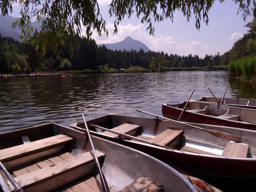 Barques sur le lac s'appelle Völser Weiher