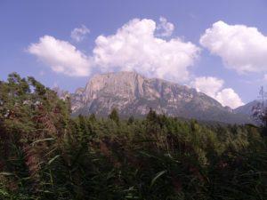 Montagnes vues depuis le lac s'appelle Völser Weiher