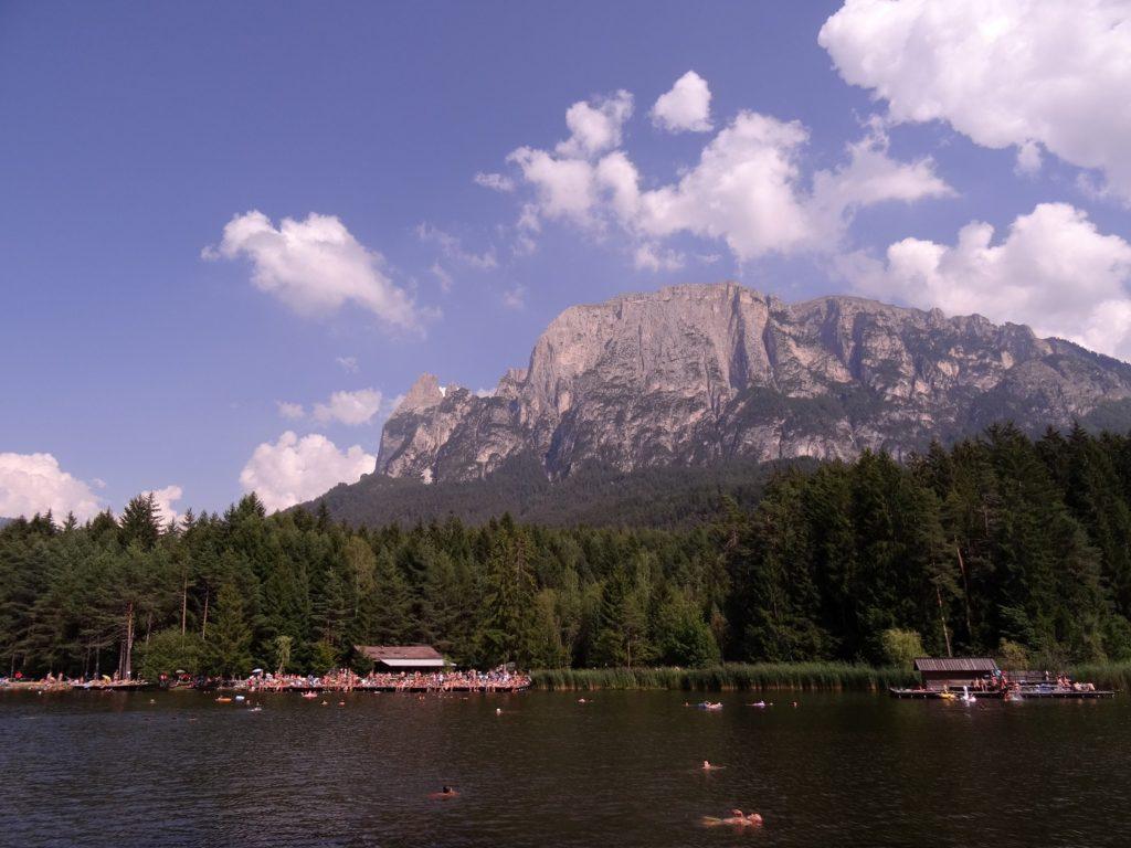 Nager dans le lac Laghetto di Fie