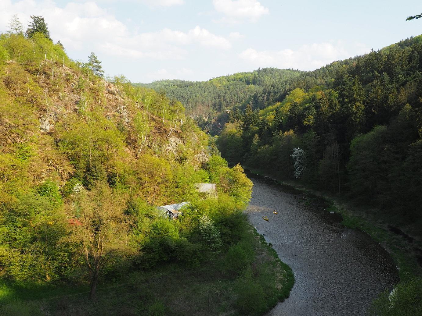 Vue sur la rivière Savaza entre Kamenný Přívoz et Davle