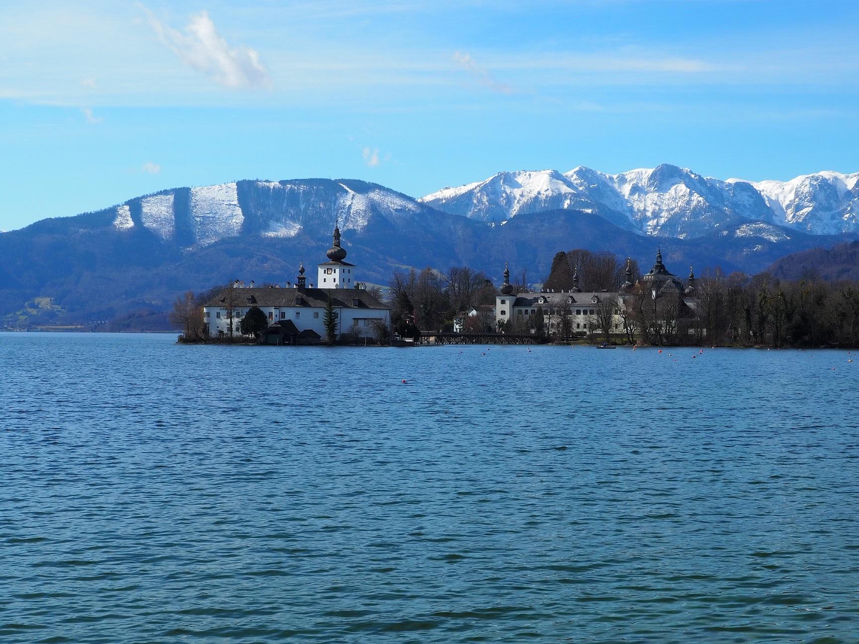Le château de Gmunden, la Traunsee et les montagnes alentours