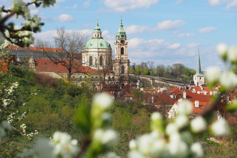 Église Saint-Nicolas de Malá Strana à Prague, au printemps