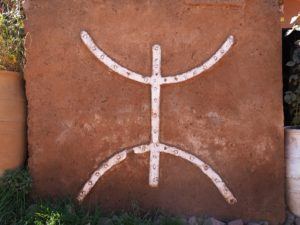 Signe berbère en route vers Imlil dans l'Atlas
