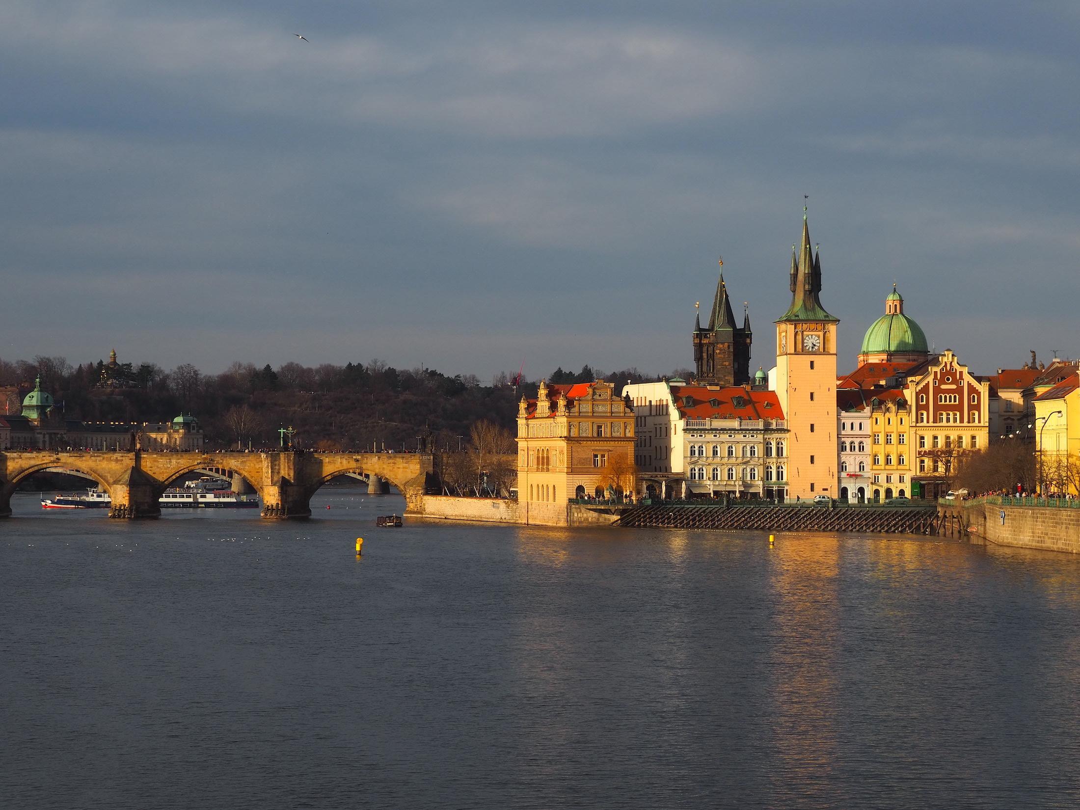 Vue sur le pont Charle depuis l'île Střelecký ostrov à Prague