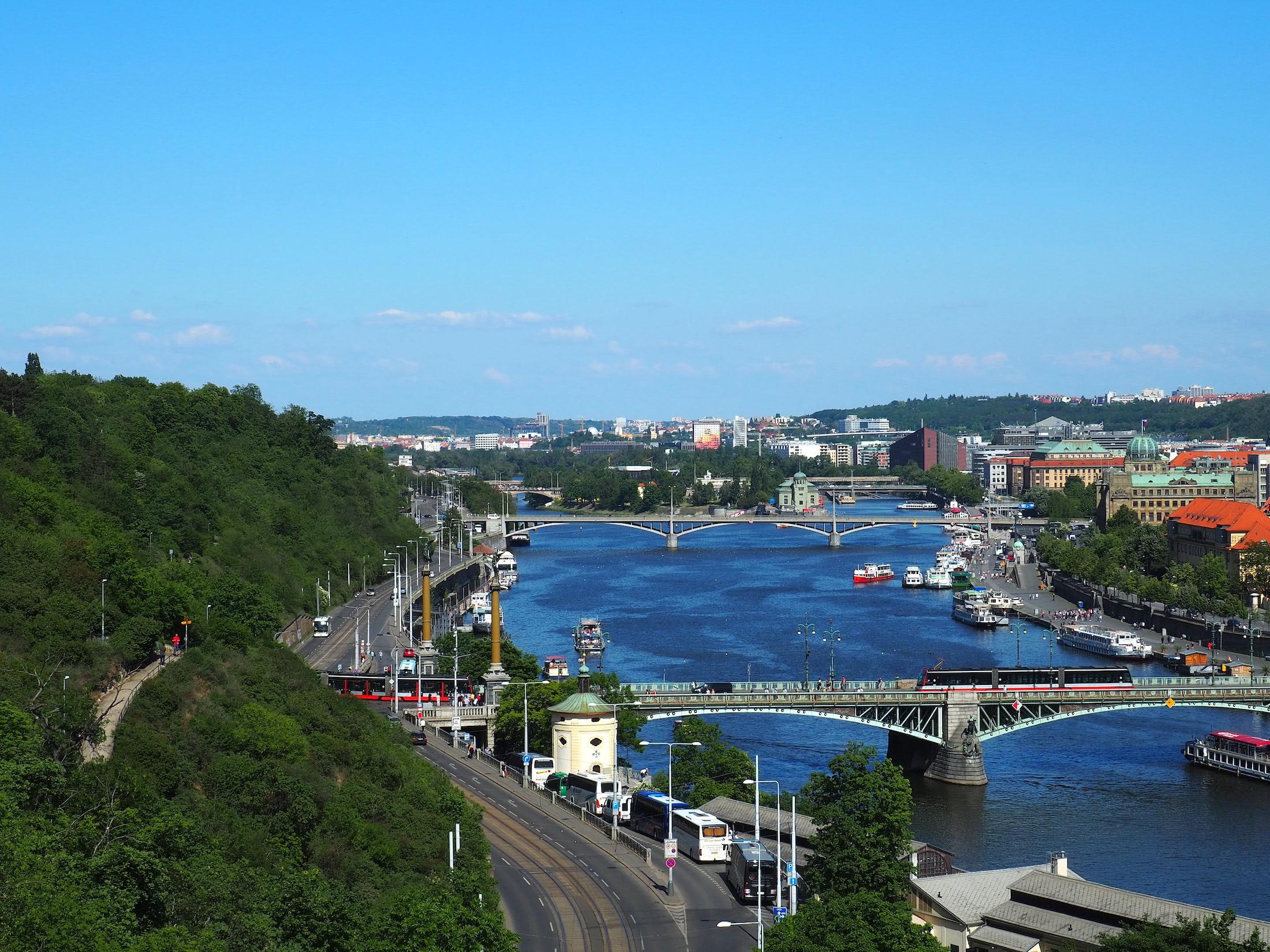 Vue sur la Vltava depuis le parc Letna à Prague