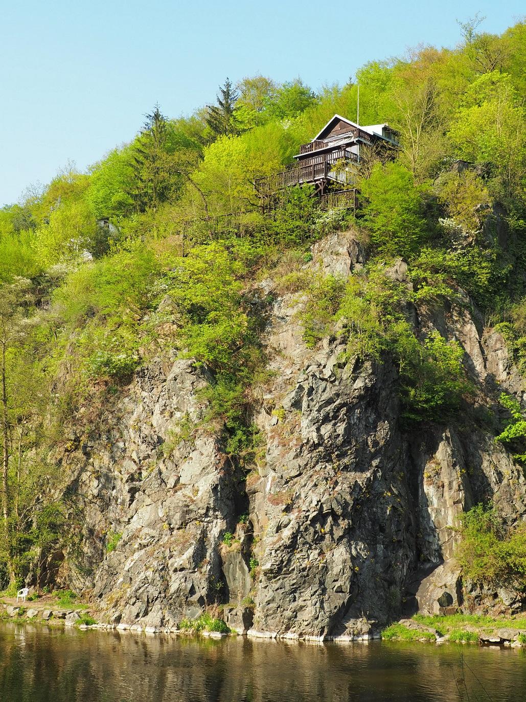 Chalet sur un rocher le long de la rivière Savaza en République Tchèque