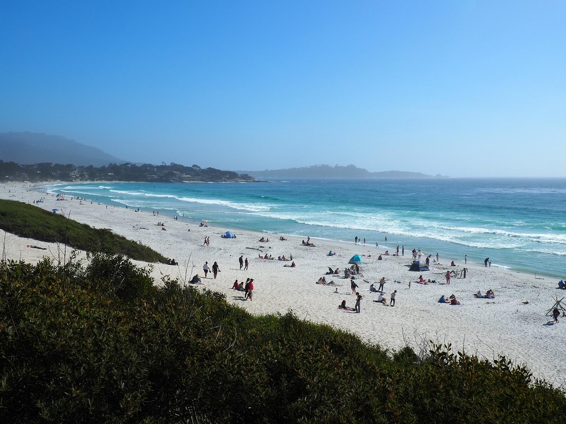 Plage de sable blanc à Carmel-by-the-Sea le long de la Highway 1 en Californie